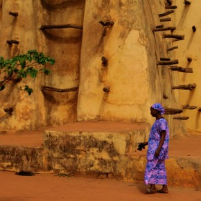 2009-1-19 Bobo Dioulasso, woman in front of the main city mosque of sun baked clay