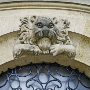 2010-05-04 Bordeaux, France, a lion sculpture over a doorway