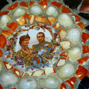 2010-05-08 Guernsey, United Kingdom, close up of wall decorated with broken crockery showing Victoria and Albert from an antique china plate
