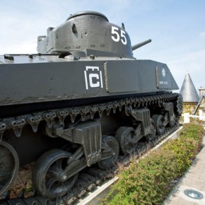 2010-05-09 Normandy, France, leftover tank at Utah Beach (www.richardsidey.com)