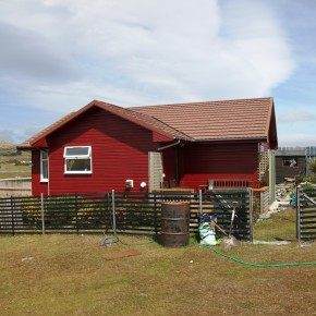 2010-12-24 Falklands, Stanley – One of the houses a little way out from the town belonging to a relation. The houses look a lot like the summer cottages found in the Swedish Archipelago because they come prefabricated from Sweden. They are colorful, small