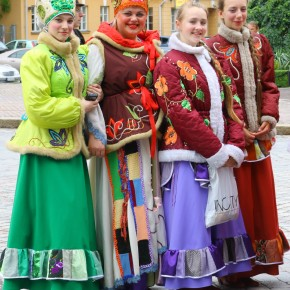 2011-06-18 Finland Turku four pretty girls in local costume