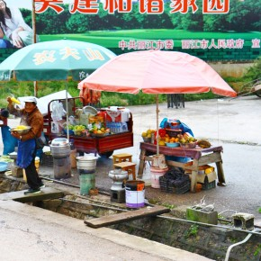 2011-09-22 Lijiang street vendors along the road from the airport