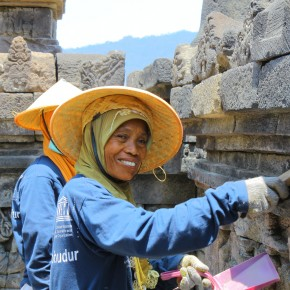 2011-09-28 Yogyakarta Borobudur Temple, ladies cleaning