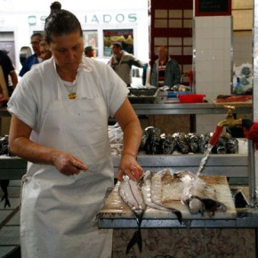 2009-01-14 Madeira, Funchal, fish market, cleaning black scabbard fish