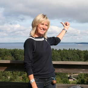2010-09-06 Sweden, Utö - our charming guide points to the mainland which to her is not far. In winter they drive over the ice.
