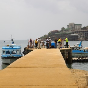 2011-04-13 Sierra Leone, Freetown - Zodiac landing on the jetty at Aberdeen Island